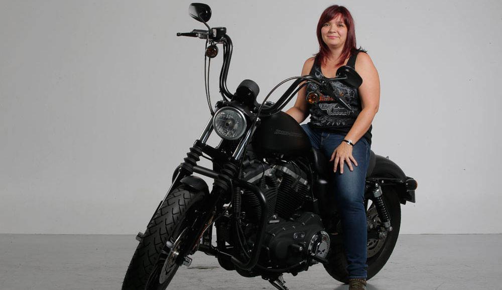 La mujer y la moto